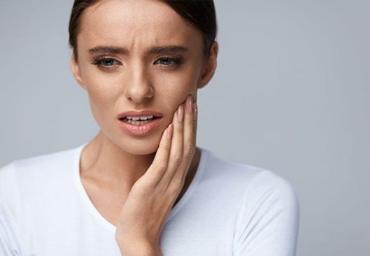 Woman suffering from toothache | Dental Pain Treatment and Solution | Alluring Smiles in Mesa, AZ - Dr. Javier Portocarrero